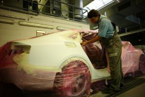 Zum Vorbereiten für das Lackieren muss das Fahrzeug abgeklebt werden.