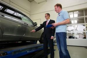 Direktannahme des Unfallschadens mit dem Kunden am Fahrzeug