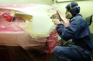 In unserer Lackierbox können wir ihr Auto durch unsere Lackierung wieder zum Glänzen bringen.