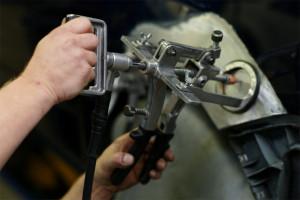 Mit modernen Werkzeug setzen wir ihr Fahrzeug schnell und kostengünstig nach einem Unfall instand.